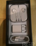 Gizzomo 剛剛報導了率先看看全球首部白色 iPhone 5 開箱相片集, 今次轉一轉主角, 輪到黑色 iPhone 5 的開箱相片. 與白色 iPhone 5 一樣, 除了主角本身, 盒內還包括 Apple 用了 3 年設計的新耳機...